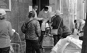 Feeding the Needy : Homeless : Street Life : New York : Personal Photo Projects : Photos : Richard Moore : Photographer